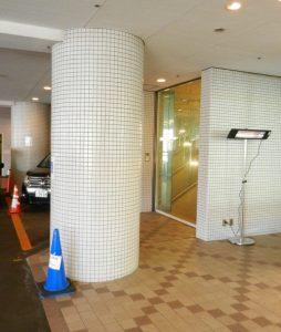 機械式駐車場の待機所用暖房として当社屋外ヒーターが導入されています。