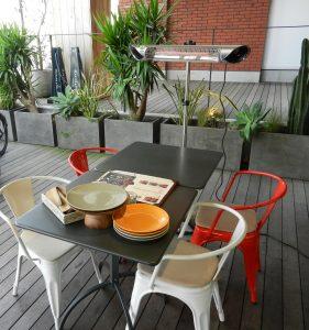 レストランのおしゃれなテラス席に当社屋外ヒーターが導入されています。